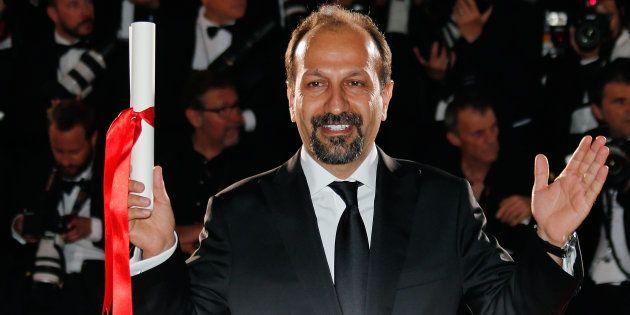 Asghar Farhadi célébrant son Prix du scénario