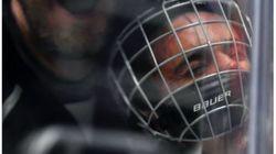 Cette photo de Bieber plaqué par un hockeyeur va vous faire aimer ce
