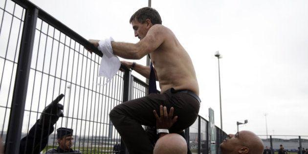 Procès de la chemise arrachée à Air France: jusqu'à 4 mois de prison avec sursis