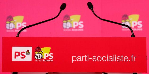 Un podium rue de Solférino au siège du Parti Socialiste à Paris, le 3 décembre