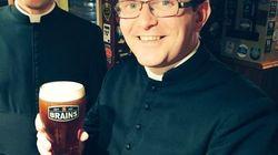 Un bar refuse de servir ces prêtres pensant qu'ils fêtent un enterrement de vie de