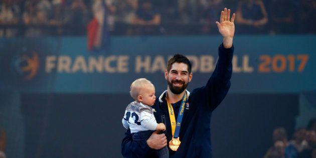 Nikola Karabatic et son fils Alek après la victoire des Bleus en finale du Mondial de handball le 29...