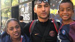 Les fans du PSG et de Neymar attendent les maillots de pied ferme devant la boutique des