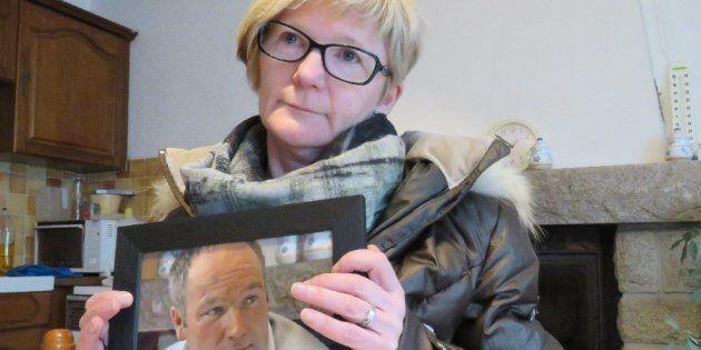 Marie Le Guelvout, sœur de Jean-Pierre, montre en souvenir une photo de son défunt frère