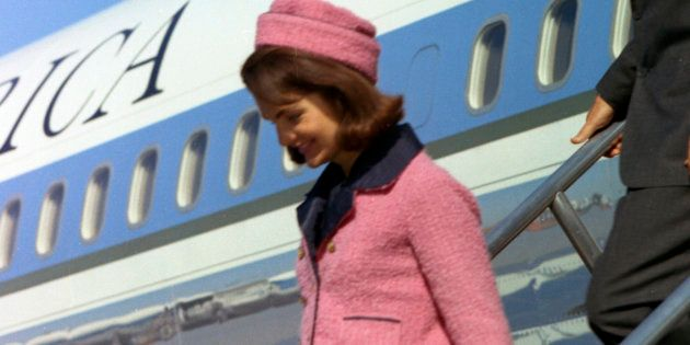 Jacqueline Kennedy descend de l'Air Force One à Dallas, le 22 novembre