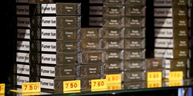 Des paquets neutres de cigarettes en vente dans un bureau de tabac parisien le 2 janvier 2017.