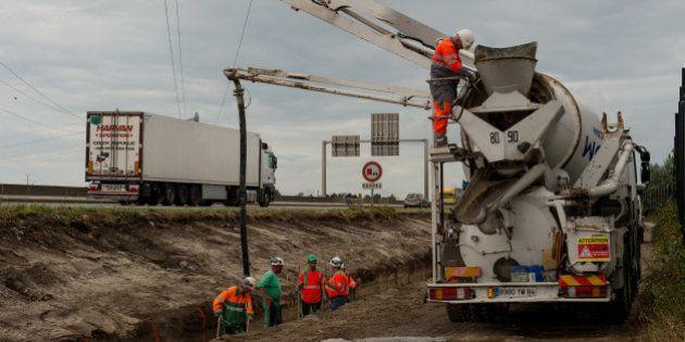 Malgré l'interdit de la maire de Calais, l'État poursuit la construction du mur