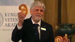Il explique le Prix Nobel de physique avec un bretzel et un
