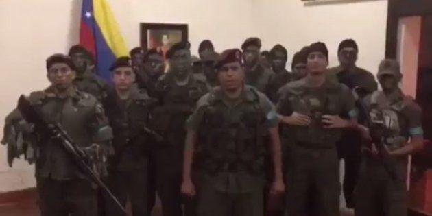 Venezuela: des hommes en tenue militaire, qualifiés
