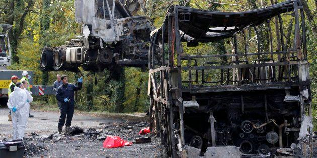 Des gendarmes sur les lieux de l'accident de Puisseguin, le 26 octobre