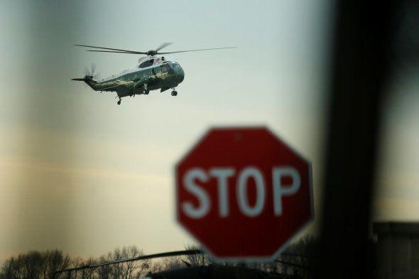 Donald Trump arrive à bord de l'hélicoptère présidentiel Marine One à Dover le 1er février, pour saluer...