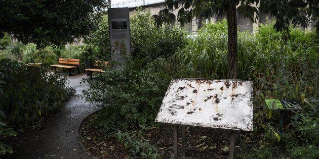 La stèle en mémoire des déportés après la rafle d'Izieu arrachée, le 8