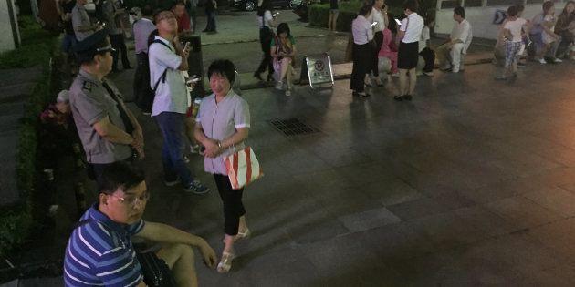 Les Chinois évacués des immeubles, après qu'un séisme a frappé la province du