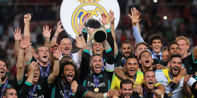 Les joueurs du Real Madrid soulèvent le trophée après leur victoire contre Manchester United en finale...