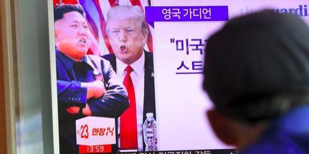 Une télévision montrant Donald Trump et Kim Jong-Un à Séoul, le 9