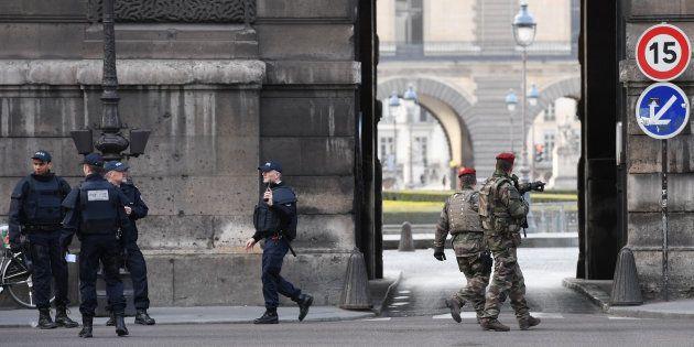 Des policiers et militaires devant le Carrousel du Louvre le 3 février, après l'agression à l'arme