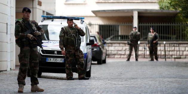 Militaires en faction près de l'endroit ou des militaires ont été attaqués à