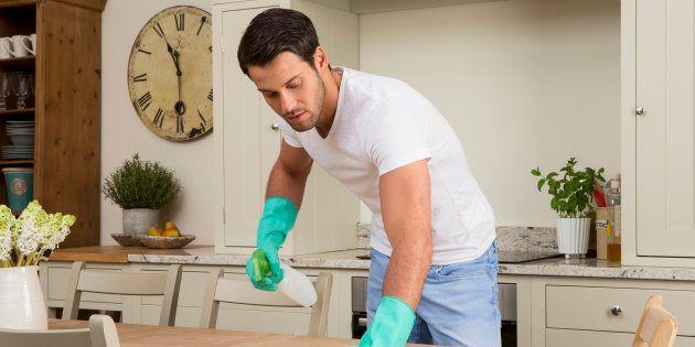 Cet homme n'aide pas sa femme pour les tâches ménagères et son ami l'a bien remis à sa place