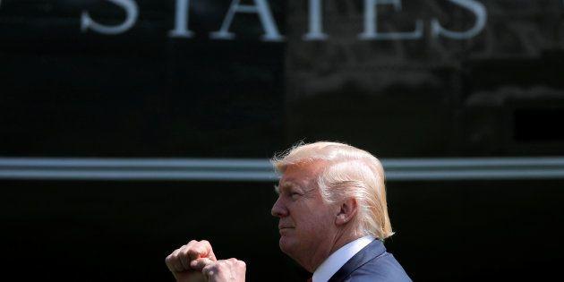 Le président Donald Trump reçoit, deux fois par jour, un dossier rempli d'informations positives sur...