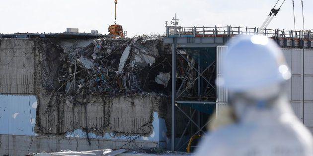 Un employé devant le réacteur 3 de la centrale nucléaire de