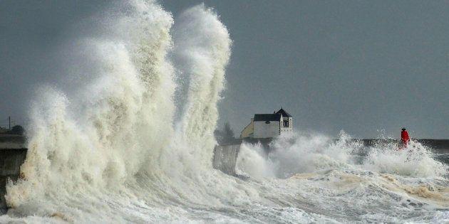 D'énormes vagues s'abattent sur le port de Lesconil, en Bretagne, le 3
