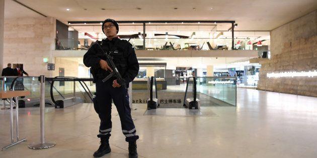 Un policier au Louvre, le 3