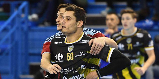 Florent Manaudou lors de son premier match de handball avec son club d'Aix-en-Provence, le 4 février
