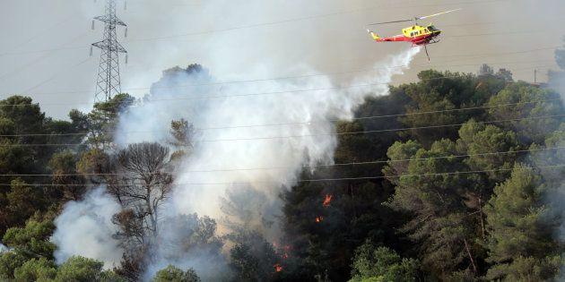 Un hélicoptère combat un incendie à Castagniers, près de Nice, le 17