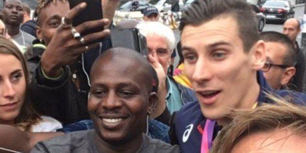 De retour des Mondiaux d'athlétisme, Pierre-Ambroise Bosse paie une tournée à ses fans venus l'attendre...