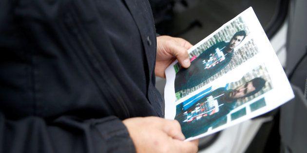 Un policier tenant des photos du suspect syrien à l'aéroport de Berlin-Schoenefeld le 9 octobre