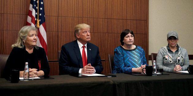 Donald Trump, Paula Jones, Kathy Shelton et Juanita Broaddrick à Saint-Louis le 9 octobre