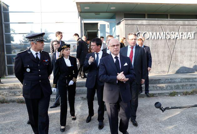 Manuel Valls et Bernard Cazeneuve sortant d'un commissariat de Savigny-Sur-Orge le 9 octobre