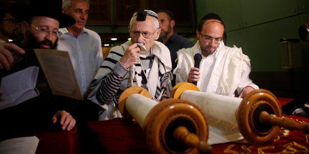 Gal Moshe,survivant de l'holocaust à proximité du mur des lamentation, Jérusalem. 13. REUTERS/Ronen