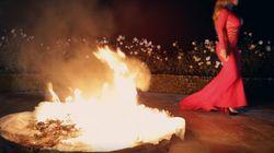 Pour se venger de son ex, Mariah Carey brûle sa robe de fiançailles dans son dernier