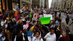 Olivia Wilde, Michael Moore et des centaines de manifestants devant la Trump Tower pour dénoncer le