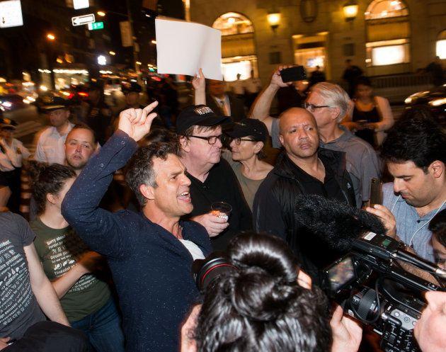 Trump sur Charlottesville: Olivia Wilde, Michael Moore et des centaines de manifestants devant la Trump...
