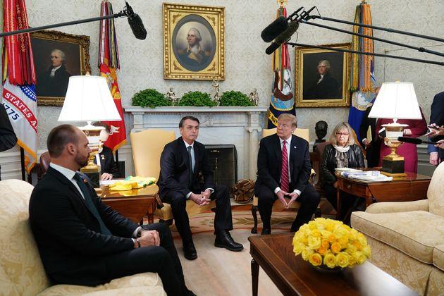 Eduardo Bolsonaro ao lado do pai e de Donald Trump no Salão