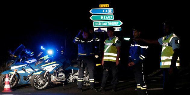 Des gendarmes près de la scène du drame dans une pizzeria de Sept-Sorts, le 14 août
