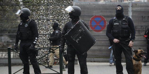 L'intervention policière dans le quartier de Molenbeek, à Bruxelles, qui a conduit à l'arrestation de...