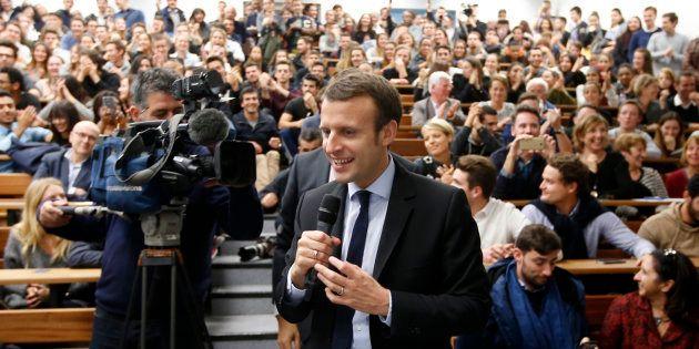 Emmanuel Macron, candidat à l'élection présidentielle 2017, prononce un discours devant les étudiants...