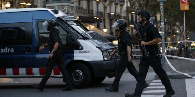 Des policiers espagnols devant les Ramblas à Barcelone le 17 août