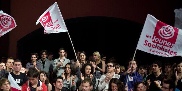 Des jeunes socialistes applaudissent Martine