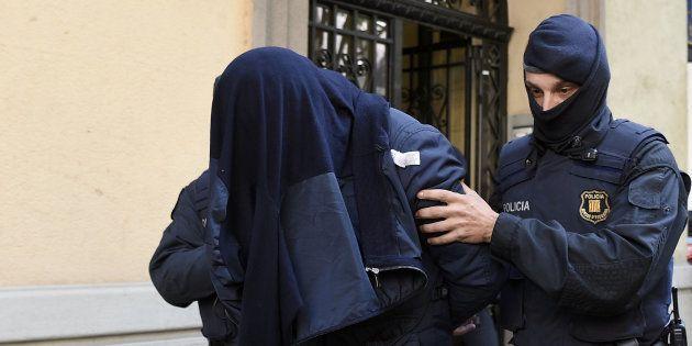 Un policier catalan lors de l'arrestation d'un homme, soupçonné de collaborer avec les islamistes, en...