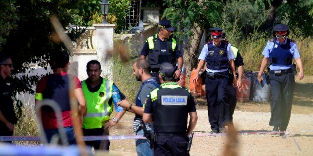 Des policiers à Alcanar, lieu de l'explosion de gaz liée aux attaques de Barcelone et Cambrils, le 18