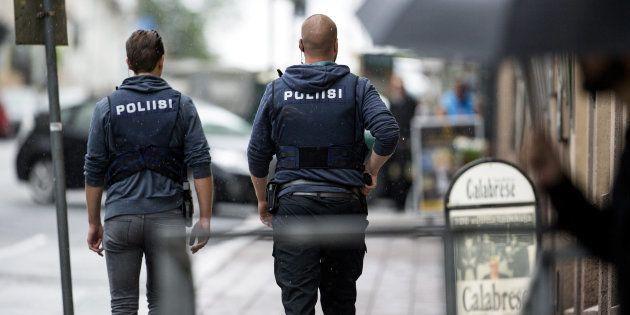 Des policiers dans le centre de Turku, le 18