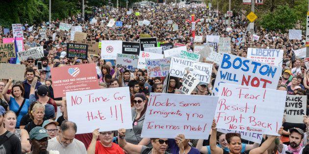 La foule venue répondre aux manifestants