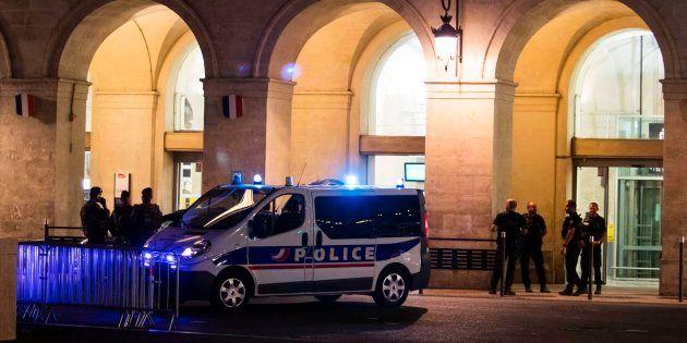 Des policiers devant la gare de Nîmes après l'évacuation, le 19