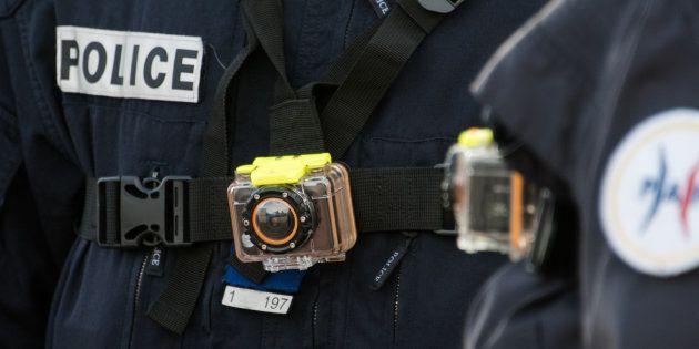Un policier porte une caméra-piéton à Calais, le 2 mars