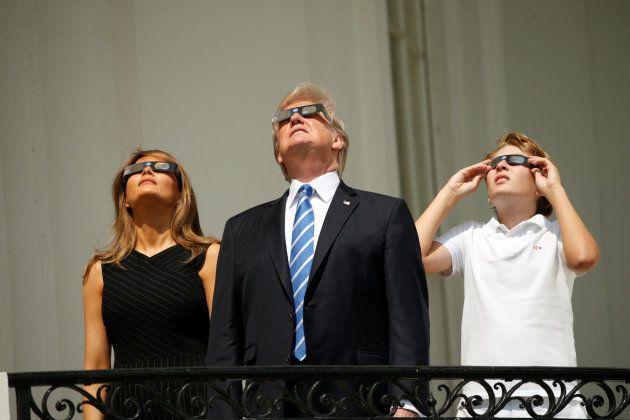 Pour regarder l'éclipse solaire aux États-Unis, (presque) tout le monde a suivi les consignes à la