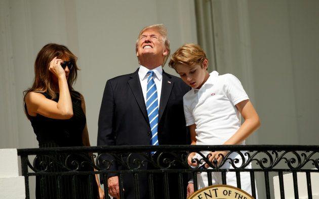 Trump a brièvement regardé l'éclipse solaire... sans